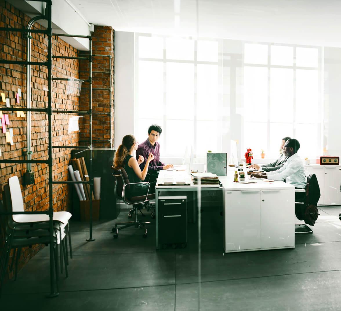 une équipe travaillant ensemble dans un bureau