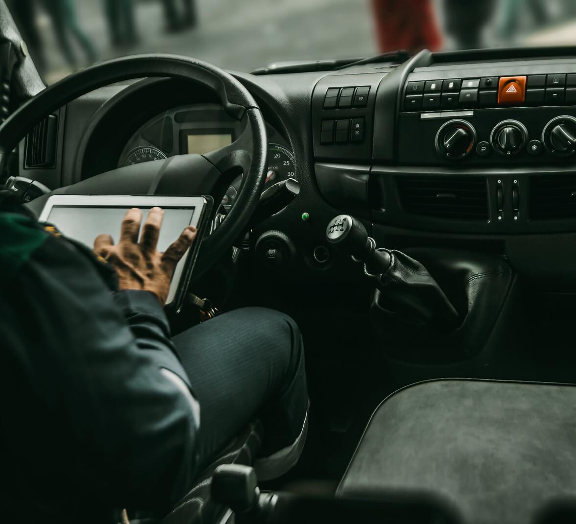 une personne dans un véhicule utilisant Fleetsphere